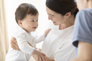 母親に抱きかかえられる赤ちゃんの写真素材 [FYI02969399]