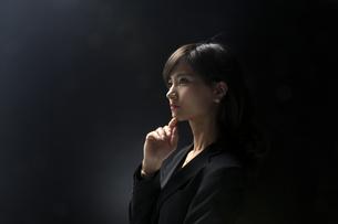 考え込むビジネス女性の写真素材 [FYI02969405]