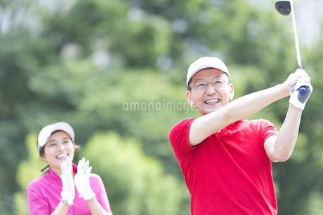 ゴルフを楽しむ男性の写真素材 [FYI02969406]