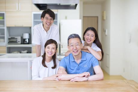 集合して笑顔の家族の写真素材 [FYI02969408]