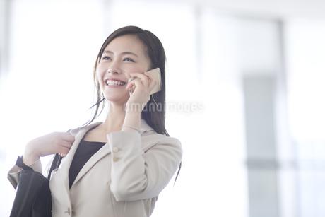 スマートフォンで通話するビジネス女性の写真素材 [FYI02969409]