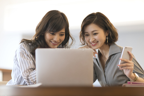 ノートパソコンを見る2人のビジネス女性の写真素材 [FYI02969410]