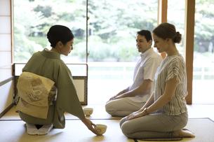 茶道を体験する男女の外国人観光客の写真素材 [FYI02969414]
