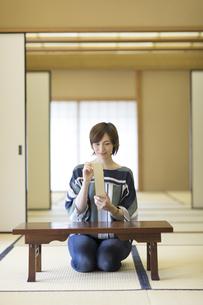 短冊に俳句を書く外国人女性の写真素材 [FYI02969415]