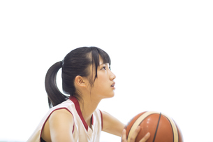 バスケットボールをする女子学生の写真素材 [FYI02969417]