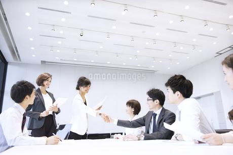 会議で握手をするビジネス男女の写真素材 [FYI02969425]