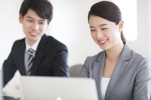 パソコンを見るビジネス女性の写真素材 [FYI02969426]