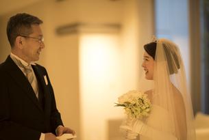 会話をする新婦と父親の写真素材 [FYI02969427]