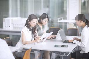机で仕事をするビジネス女性たちの写真素材 [FYI02969428]