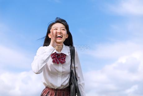 青空に叫ぶ女子高校生の写真素材 [FYI02969431]