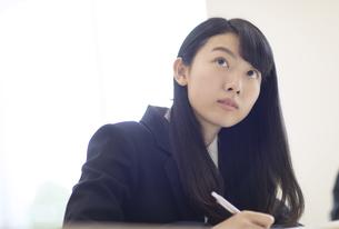 授業を受ける女子高校生の写真素材 [FYI02969432]