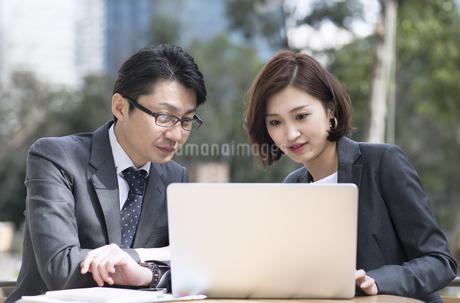 ノートパソコンを見る2人のビジネス男女の写真素材 [FYI02969433]