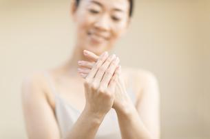 手をマッサージする女性の手元の写真素材 [FYI02969435]