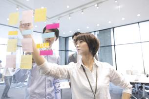 会議をする男女3人のビジネスマンの写真素材 [FYI02969438]
