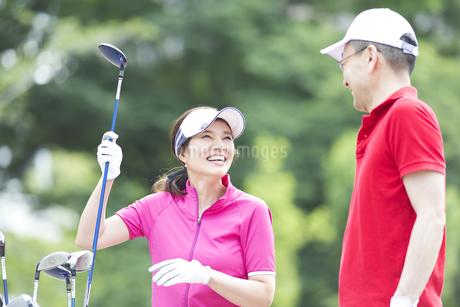 ゴルフを楽しむ夫婦の写真素材 [FYI02969442]
