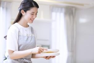 お皿を持つ女性の写真素材 [FYI02969452]