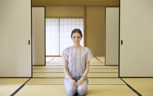 畳に正座をして正面を向く外国人女性の写真素材 [FYI02969456]