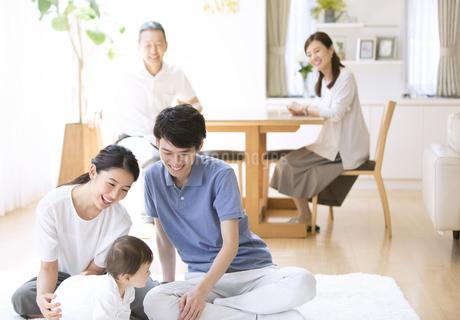 赤ちゃんをあやす両親と祖父母の写真素材 [FYI02969457]