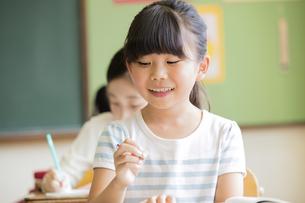 教室で授業を受ける小学生の女の子の写真素材 [FYI02969458]