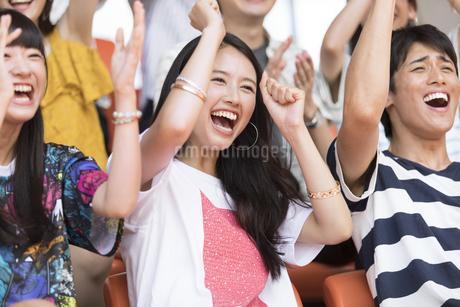スポーツを観戦する女性の写真素材 [FYI02969460]