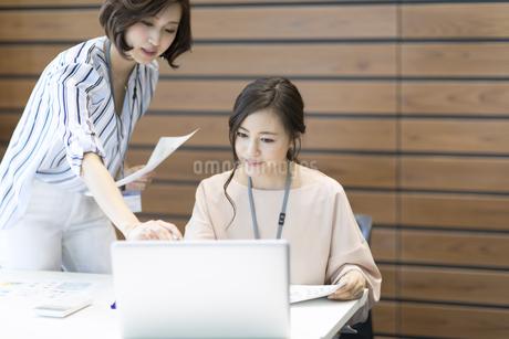 打ち合わせをする2人のビジネス女性の写真素材 [FYI02969464]