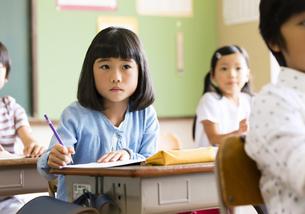 教室で授業を受ける小学生の女の子の写真素材 [FYI02969468]