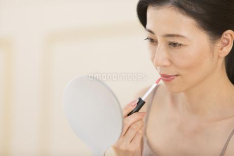 口紅を塗る女性の写真素材 [FYI02969469]