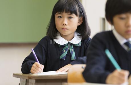 教室で授業を受ける小学生の女の子の写真素材 [FYI02969471]