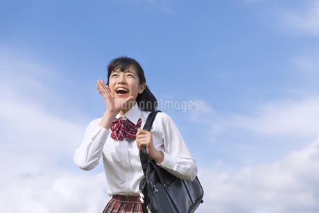青空に叫ぶ女子高校生の写真素材 [FYI02969475]