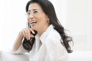 微笑む眼鏡の女性の写真素材 [FYI02969477]