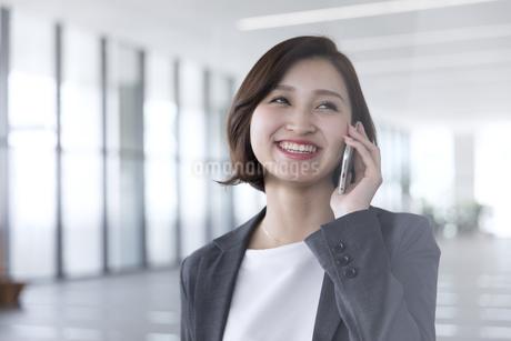 スマートフォンで通話するビジネス女性の写真素材 [FYI02969478]