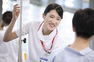 入院患者と会話をする女性看護師の写真素材 [FYI02969482]