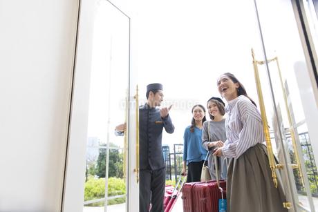ホテルに入る3人の女性旅行者の写真素材 [FYI02969483]