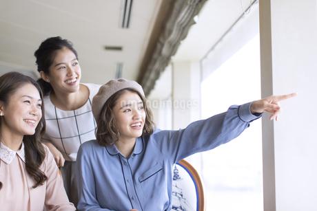 遠くを見る3人の女性の写真素材 [FYI02969485]