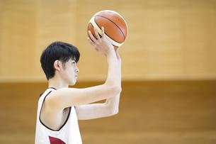 バスケットボールをする男子学生の写真素材 [FYI02969486]