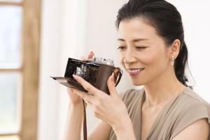 カメラで写真を撮っている女性の写真素材 [FYI02969487]