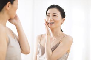 頬に片手を添える2人の女性の写真素材 [FYI02969489]