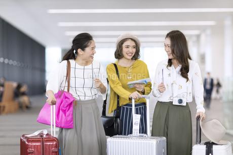 旅行中の女性3人の写真素材 [FYI02969493]
