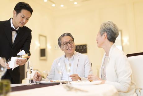 レストランで食事をするシニア夫婦の写真素材 [FYI02969496]