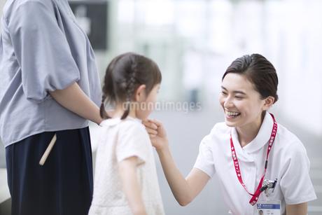 女の子の患者と会話をする女性看護師の写真素材 [FYI02969501]