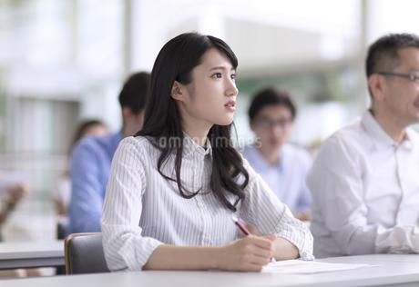 会議でメモを取るビジネス女性の写真素材 [FYI02969502]