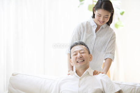 父親の肩を揉む娘の写真素材 [FYI02969505]
