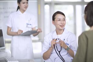 患者に問診をする女性医師の写真素材 [FYI02969507]