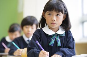 教室で授業を受ける小学生の女の子の写真素材 [FYI02969512]