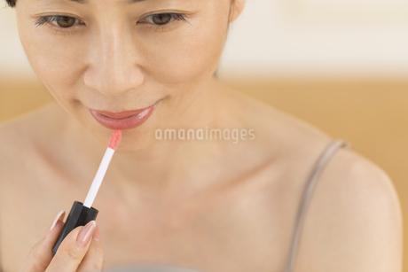 口紅を塗る女性の写真素材 [FYI02969513]