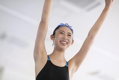 ガッツポーズで喜ぶ水着の女子学生の写真素材 [FYI02969518]