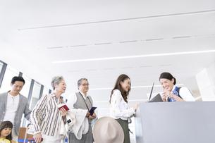 空港カウンターに並ぶ人々の写真素材 [FYI02969521]