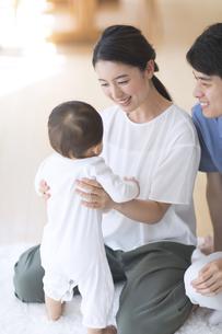 赤ちゃんを抱きかかえる母親の写真素材 [FYI02969522]