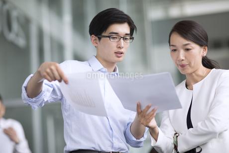 打ち合わせをするビジネス男女の写真素材 [FYI02969523]