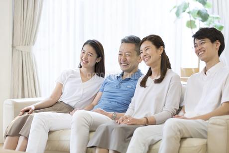 リビングでテレビを見る家族の写真素材 [FYI02969526]